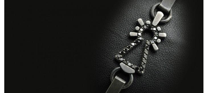 pulsera-virgen-chapas-con-diamante-negro