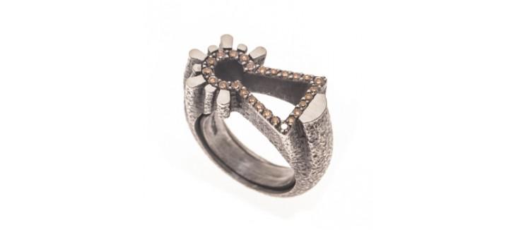 accesorio virgen anillo diamantes