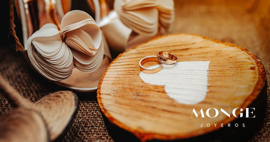 alianzas de boda en un tronco de madera