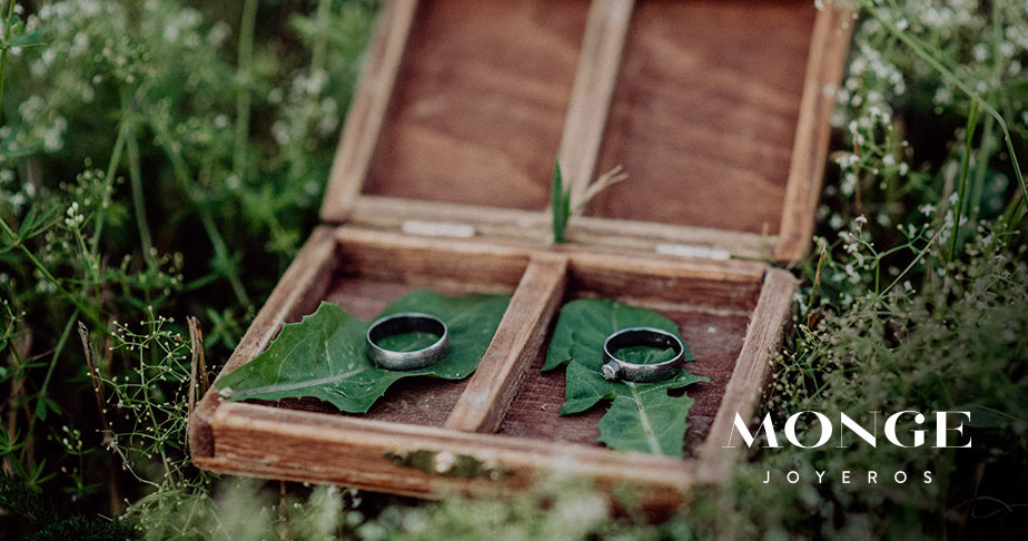 caja de madera para llevar alianzas de boda