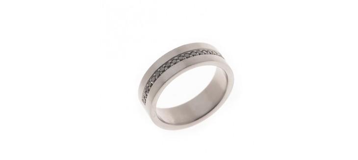 anillo de diamantes negros