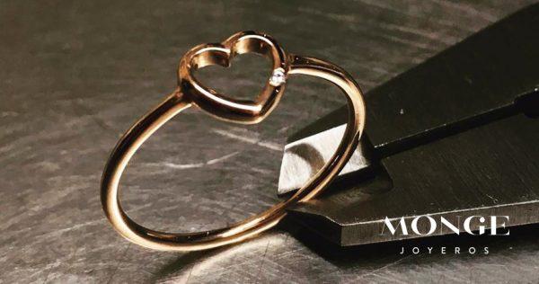 como llevar joyas minimalistas